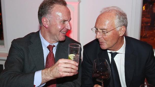 einem-freund-steht-man-zur-seite-bayern-boss-karl-heinz-rummenigge-links-und-franz-beckenbauer